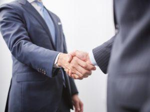 仕事相手と握手